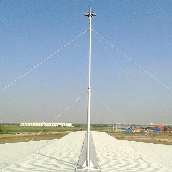 Kim thu sét được nối với các dây kim loại đi xuống mặt đất, nối tiếp với các cọc tiếp địa.